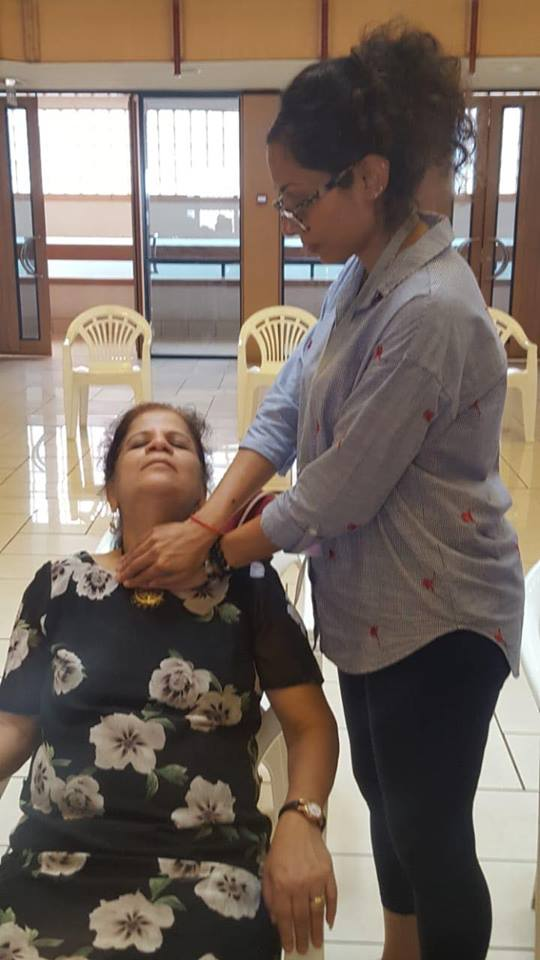 Simmi Bodani recieves Reiki from Vaishali Patel