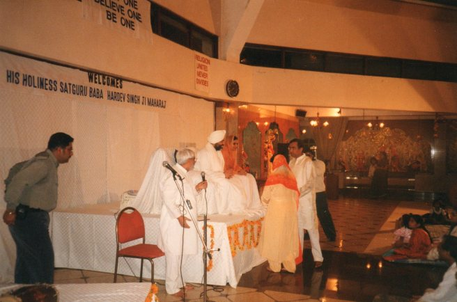 Nirankari Babaji and Satguru Mataji at SSD imparting blessings to the then Indian High Commissioner Mr. R.K. Bhatia and Kumkum Bhatia in January 1999
