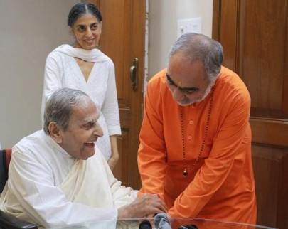 Swami Swaroopananda Ji of Chinmaya Mission seeking blessings from Pujya Dada